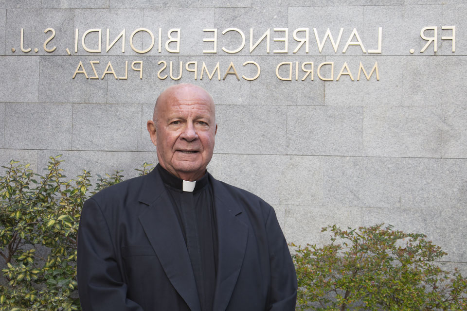 In celebration of former Saint Louis University president, Father Lawrence Biondi S.J., who served and led for more than 25 years, SLU,马德里 unveiled and dedicated the Fr. Lawrence Biondi, S.J. – Madrid Campus Plaza.